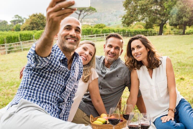 Vänner som tar selfie arkivbild