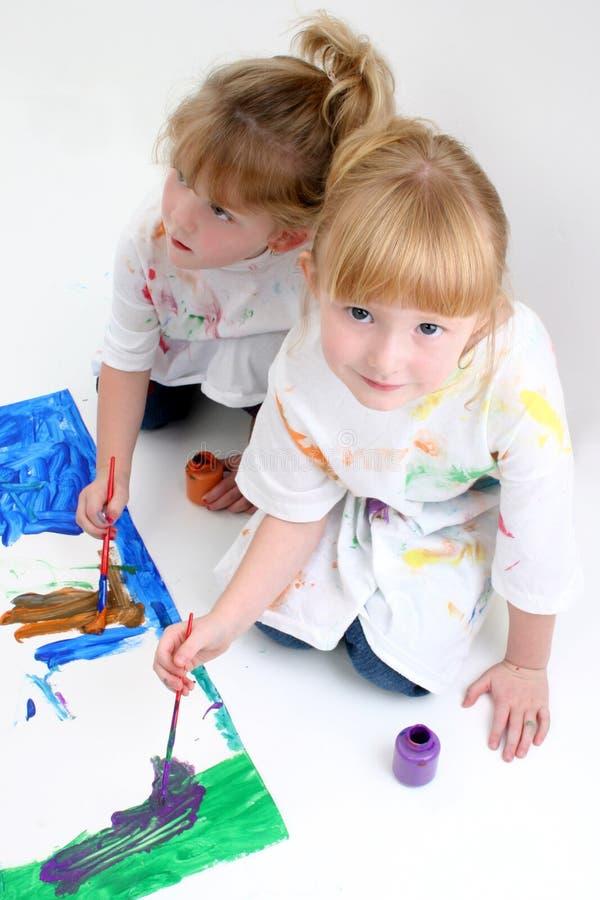 vänner som tillsammans målar barn royaltyfria bilder