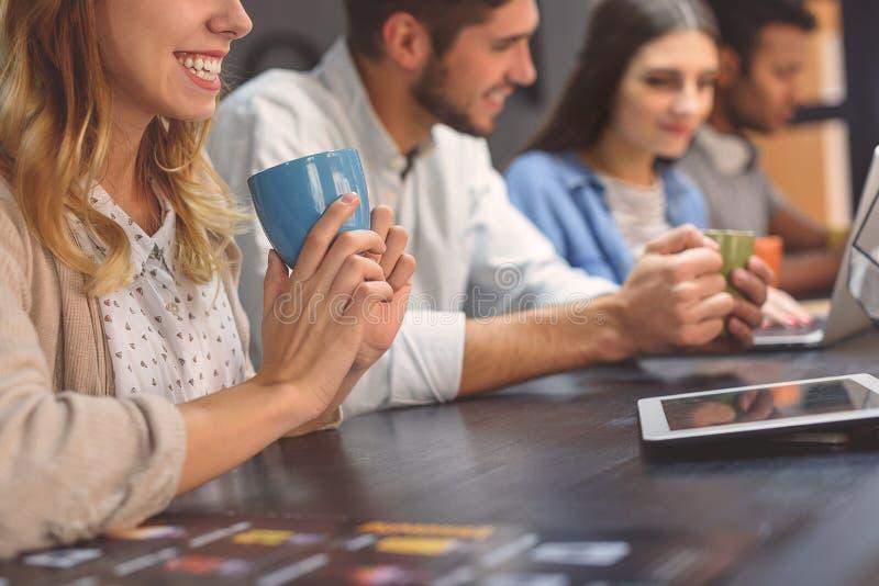Vänner som tillsammans studerar på coffee shop royaltyfri fotografi