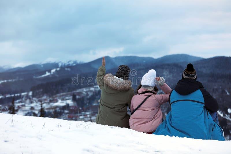 Vänner som tycker om berglandskapet, utrymme för text royaltyfria bilder