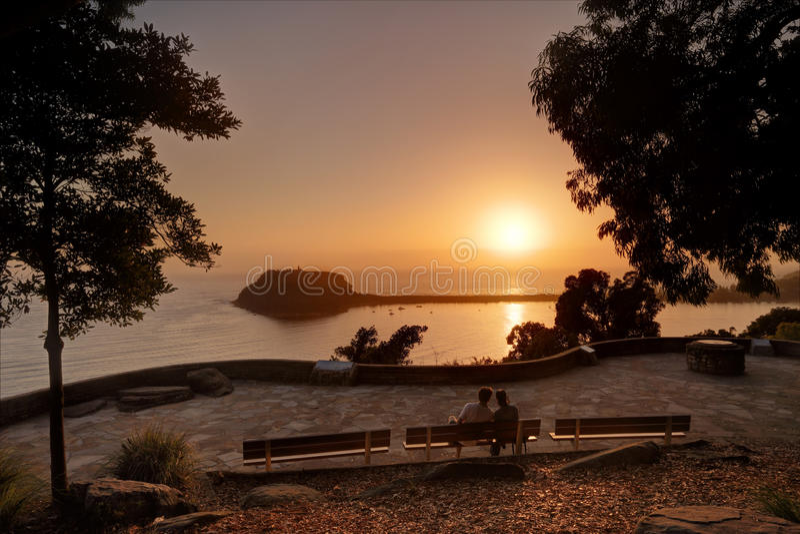 Vänner tycker om soluppgången över den Pittwater Palm Beach fotografering för bildbyråer