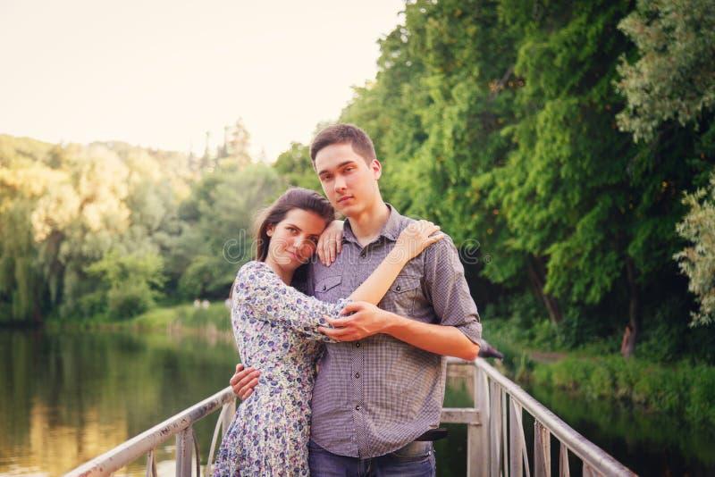 Vänner ung man och kvinna arkivbilder