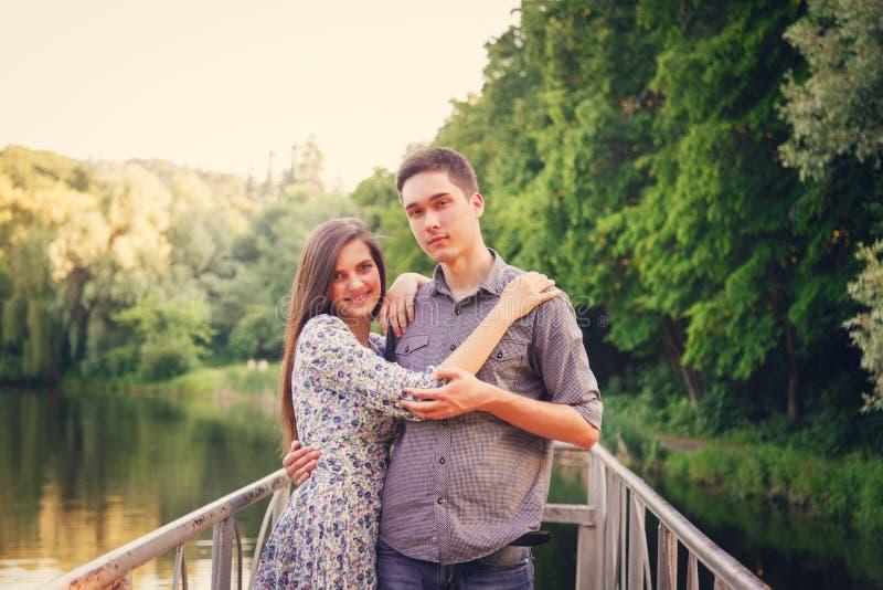 Vänner ung man och kvinna royaltyfria bilder