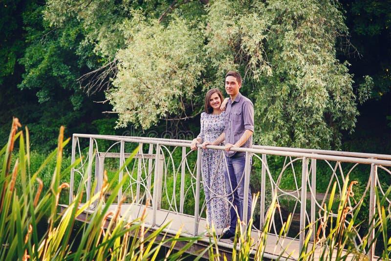 Vänner ung man och kvinna royaltyfri bild