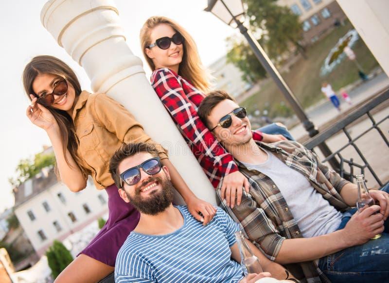 vänner utomhus royaltyfria bilder