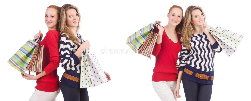 Vännerna med shoppingpåsar som isoleras på vit fotografering för bildbyråer