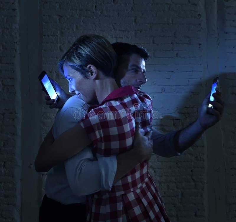 Vänpar av internet och mobiltelefonen missbrukar ignorera sig arkivfoton