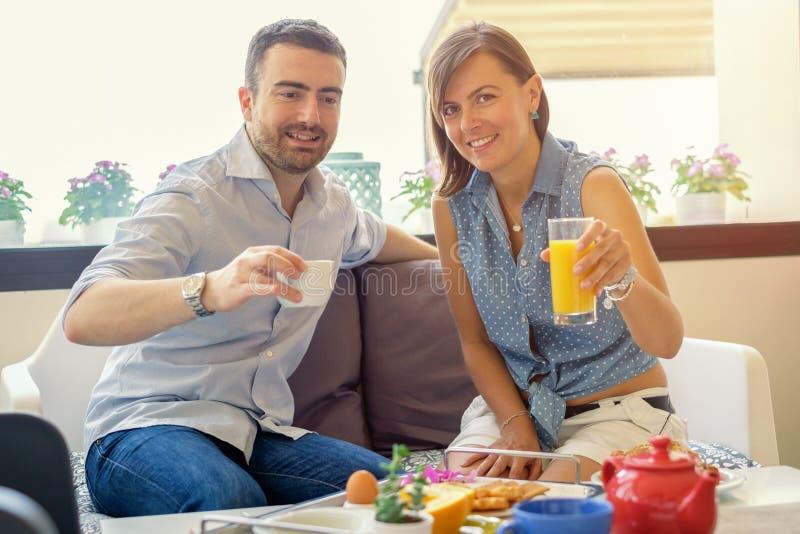 Vänpar som har frukosten i hotell royaltyfria foton