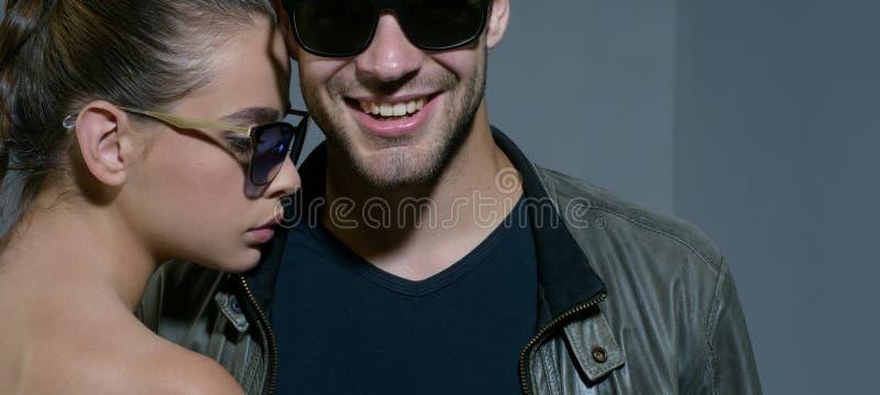 Vänskapsförbindelser Modemodeller i moderiktiga solexponeringsglas förbunden förälskelse Par av exponeringsglas för man- och kvin arkivfoto