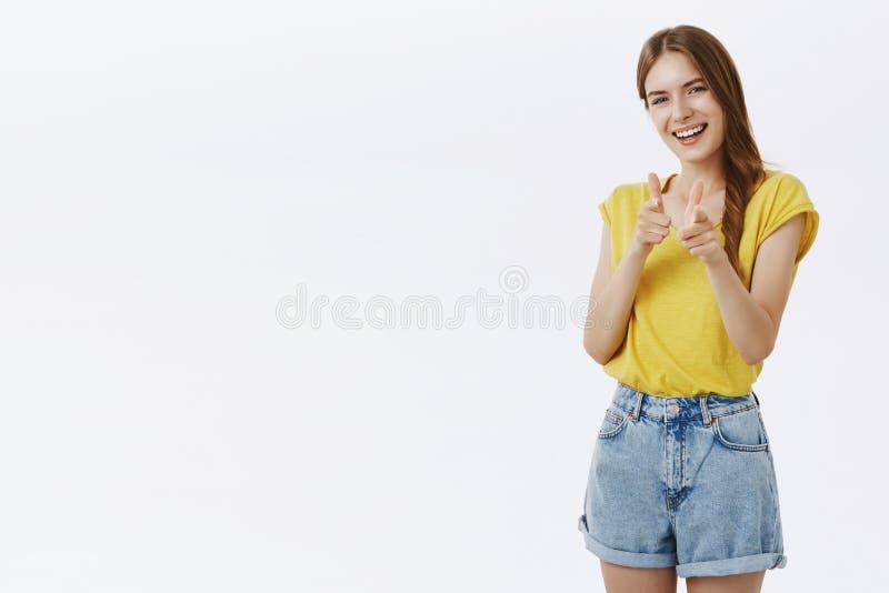 Vänskapsmatch-se den karismatiska kvinnan som pekar med fingervapengest på kameran och joyfully så ler, om hälsa som är bästa royaltyfri foto