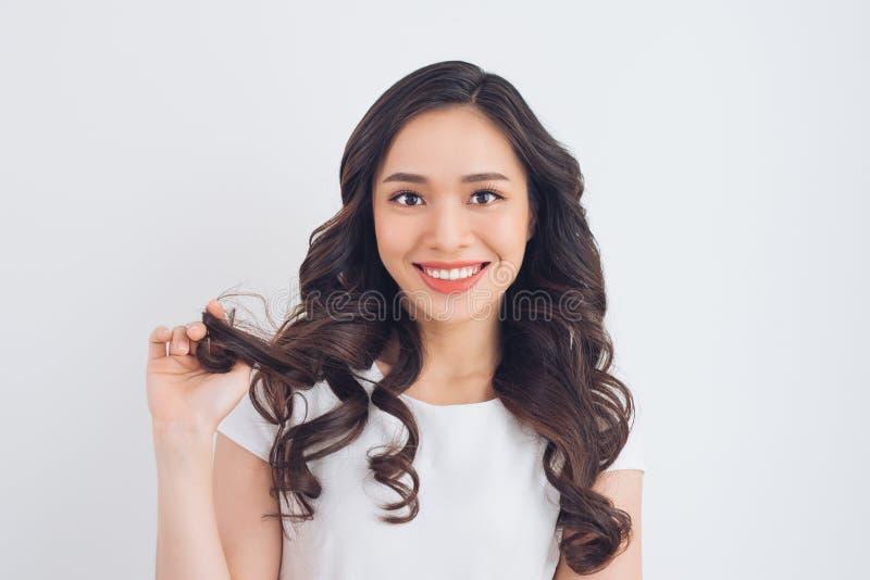 Vänskapsmatch som ler den unga nätta asiatiska kvinnaståenden royaltyfria foton