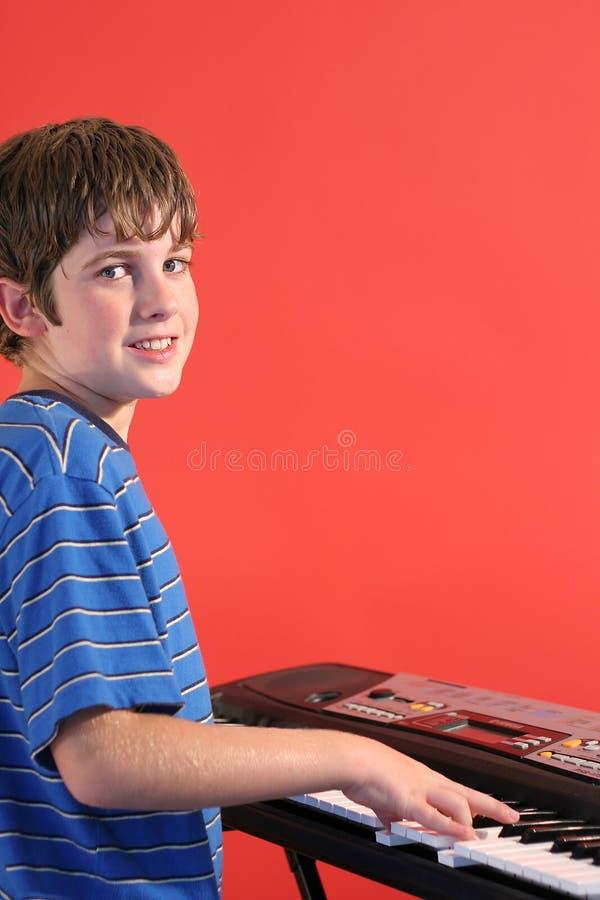 vänster vertical för pojketangentbord arkivfoton