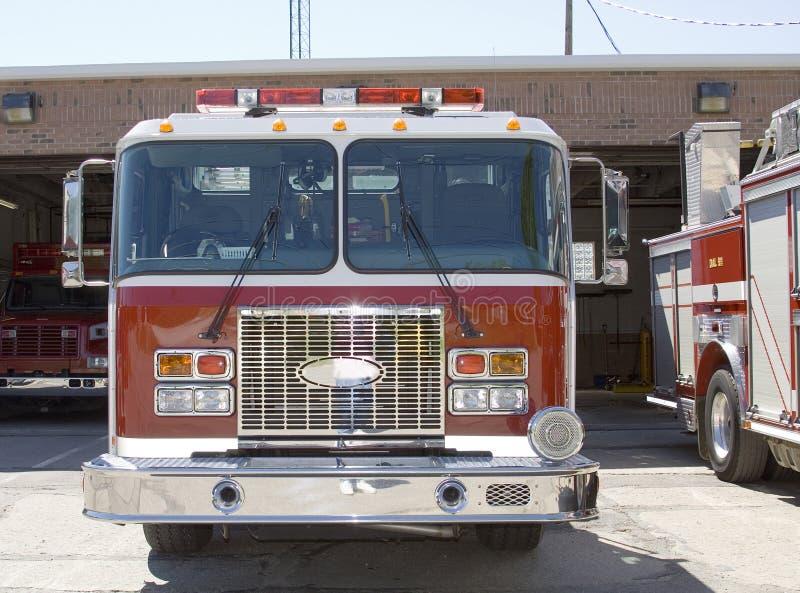 vänta för brandlastbilar arkivbild