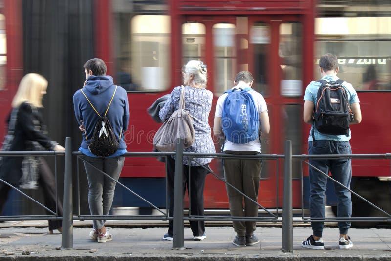vänta för bussfolkstopp royaltyfri bild