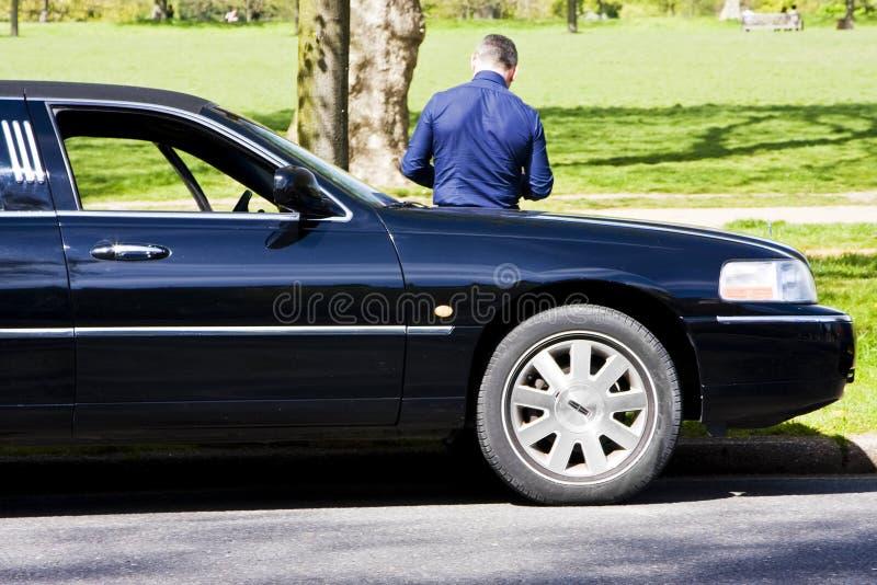 vänta för chaufförlimo royaltyfria foton