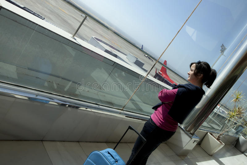 vänta för flygpassagerare royaltyfria foton