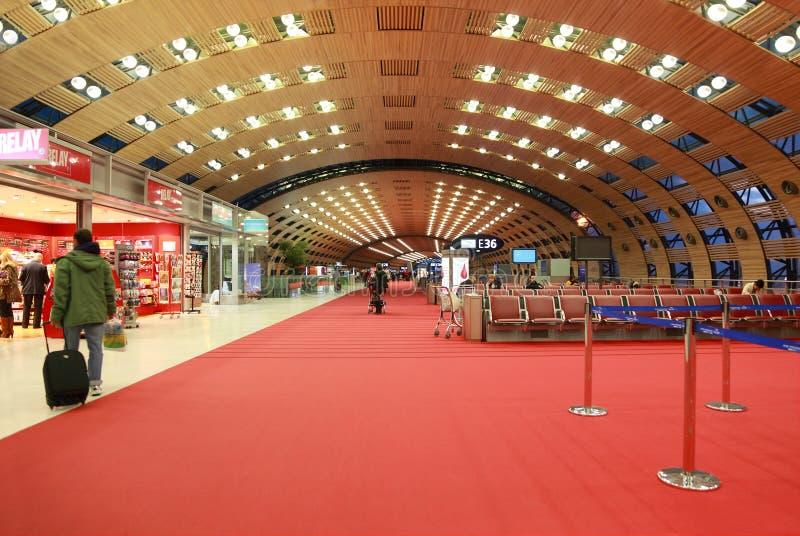 vänta för flygplatsCharles de Gaulle korridor arkivbild