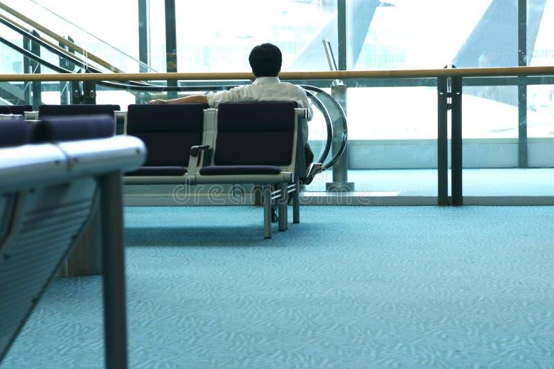 vänta för flygplatsman fotografering för bildbyråer