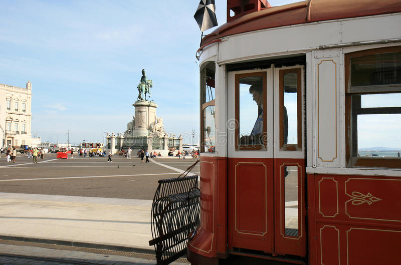 vänta för lisbon slottportugal fyrkantigt spårvagn royaltyfria bilder