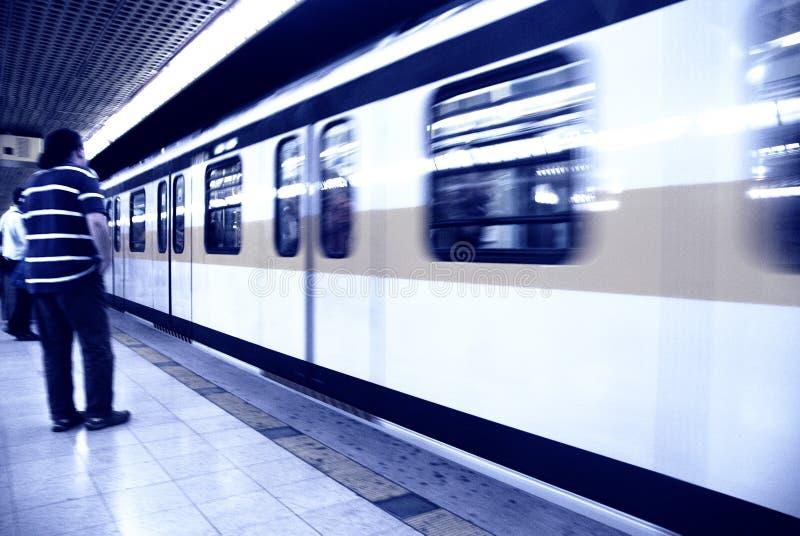 vänta för metro arkivfoto