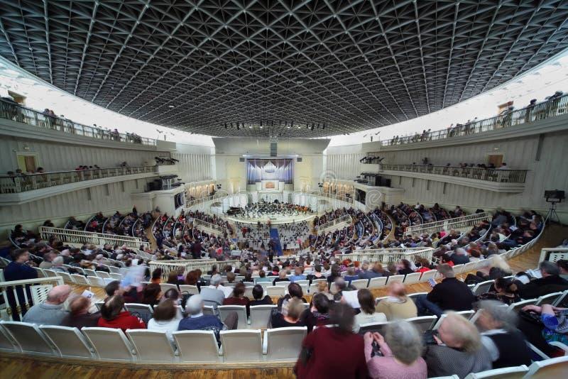 vänta för symfoni för konsertorkesterfolk arkivbild