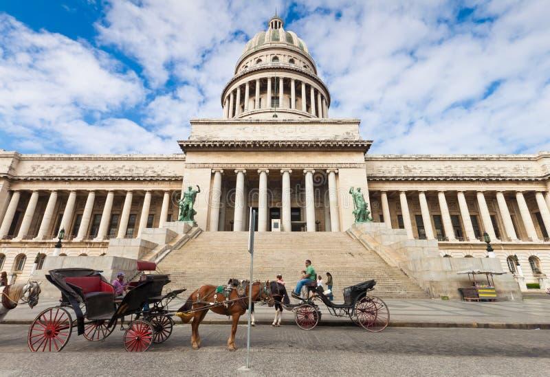 vänta för turister för vagnshavana häst fotografering för bildbyråer