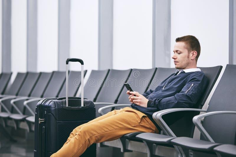 Vänta i flygplatsterminal arkivfoto