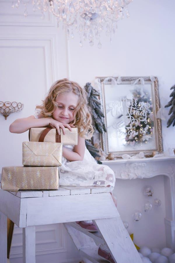 Vänta på det nya året och julen Den nätta lilla flickan var l royaltyfri foto