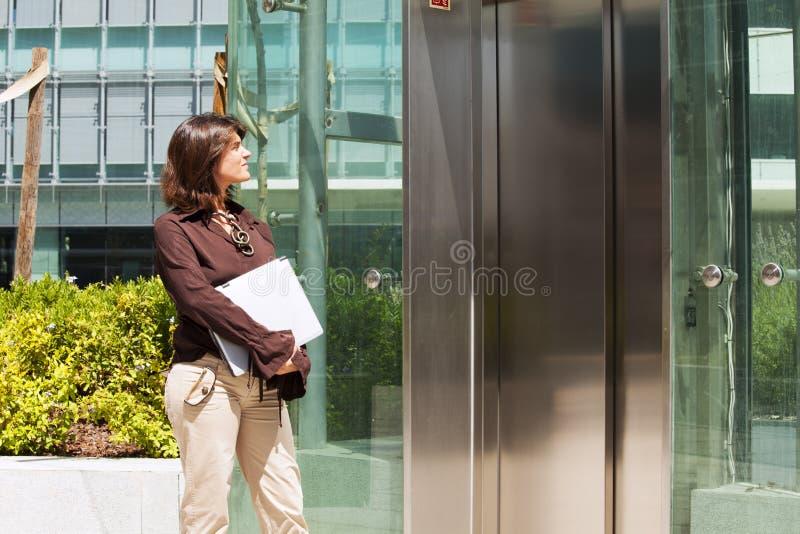 Vänta på hissen arkivfoton