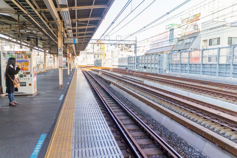 Väntande drev för folk i drevstationen i Japan royaltyfri fotografi