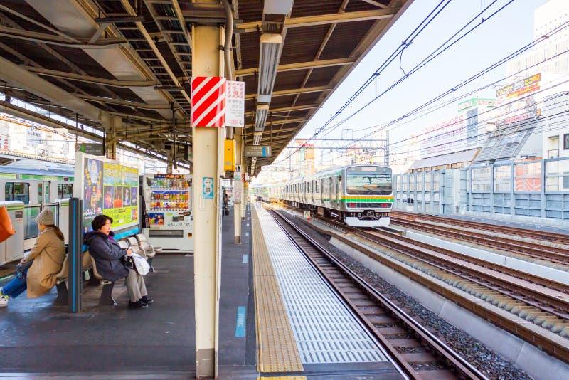 Väntande drev för folk i drevstationen i Japan arkivfoto