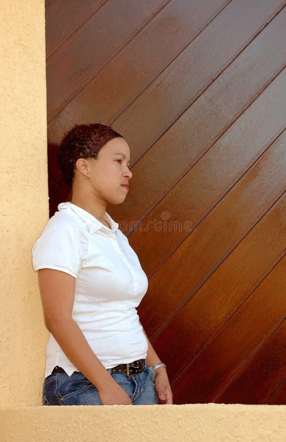 väntande kvinna royaltyfri bild