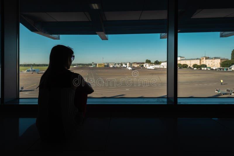 Väntande på avvikelse i flygplats arkivbild