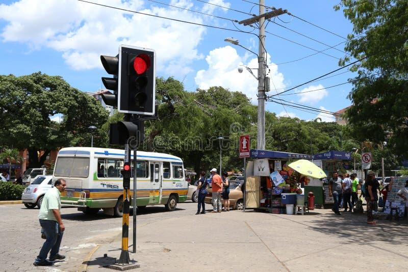 Väntande på buss för folk i en gata av Santa Cruz royaltyfria bilder