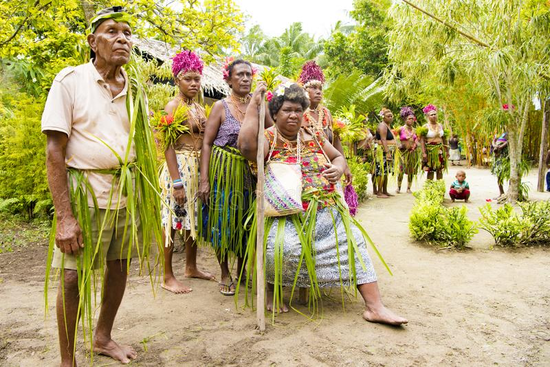 Väntande på ceremoni Solomon Islands mellan tropisk vegetation royaltyfri fotografi