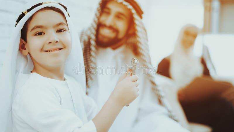 Väntande på doktor för arabisk familj i medicinsk klinik royaltyfri foto