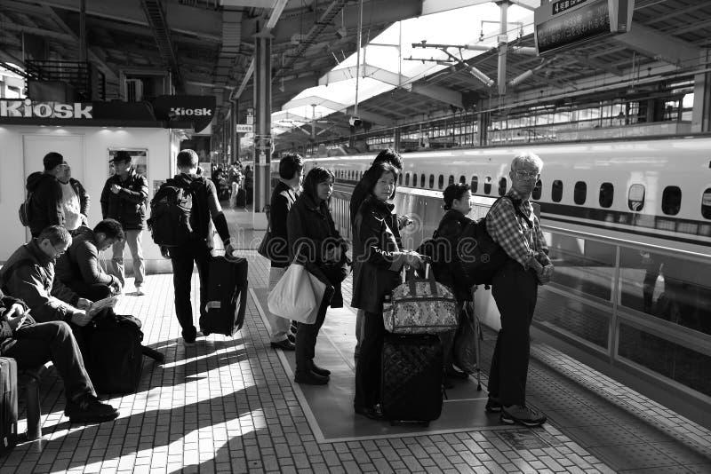 Väntande på drev för folk på drevstationen i Kyoto, Japan arkivbild