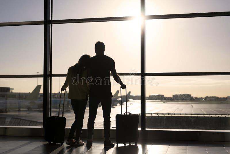 Väntande på flyg för par i flygplats royaltyfria foton