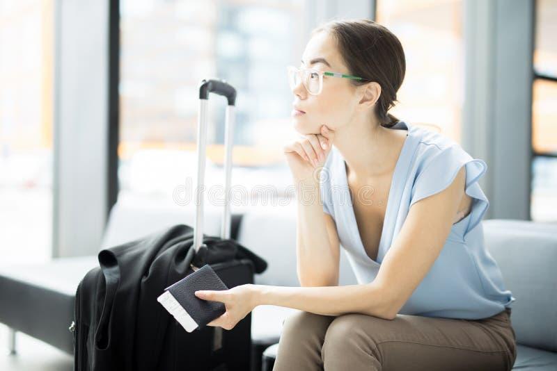 Väntande på flygplan royaltyfri foto