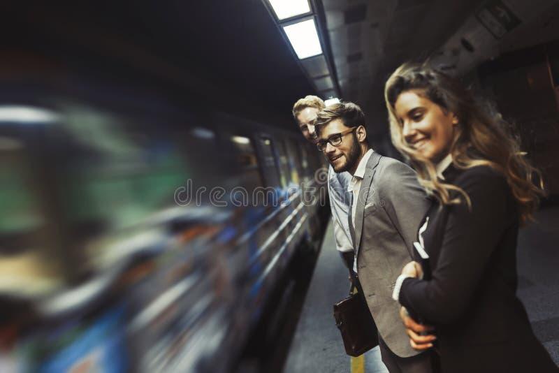 Väntande på gångtunnel för affärsfolk arkivfoton