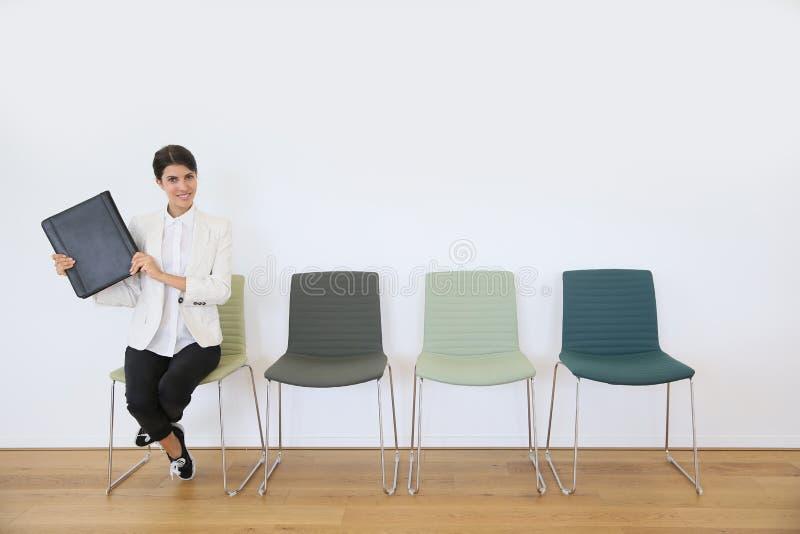 Väntande på intervju för jobbsökande med arbetsgivaren arkivfoton