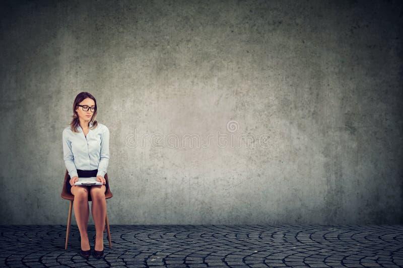 Väntande på jobbintervju för kvinna arkivbild