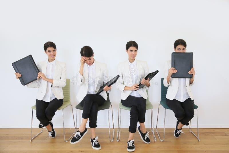 Väntande på jobbintervju för ung kvinna royaltyfri foto