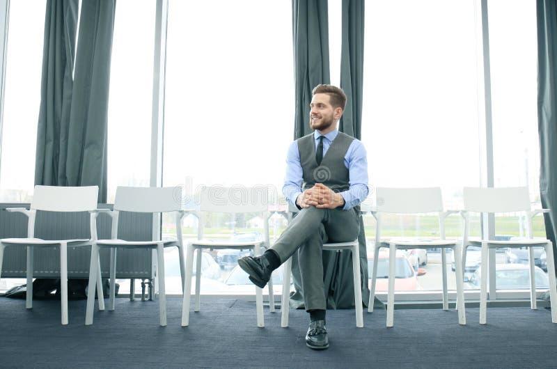 Väntande på jobbintervju för ung man inomhus arkivbilder