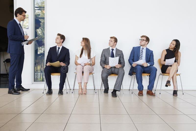 Väntande på jobbintervjuer för rekryterare och för folk, full längd arkivbild