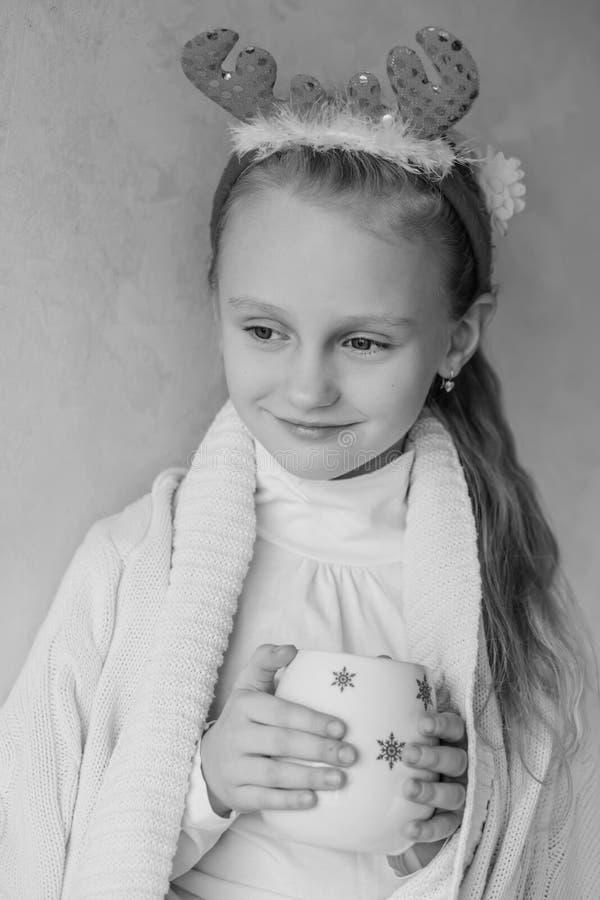 Väntande på jul för charmig liten flicka arkivfoto
