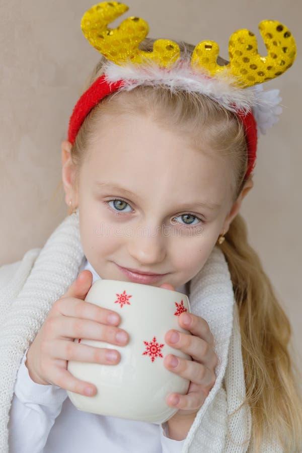 Väntande på jul för charmig liten flicka royaltyfria foton