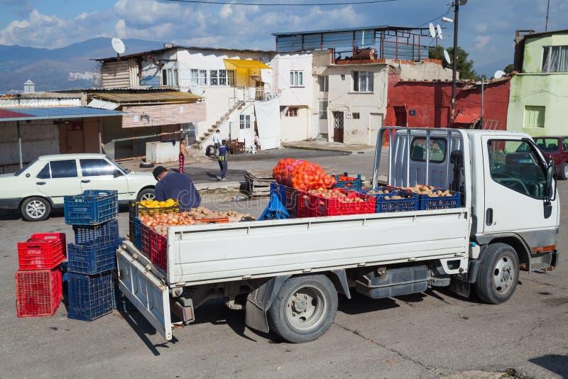 Väntande på klienter för turkisk grönsaksäljare royaltyfri bild