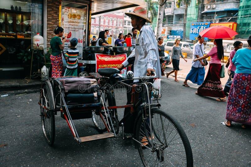 Väntande på kunder för cykeltaxi i Yangon arkivbild
