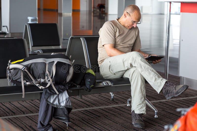 Väntande på logi för åldrig passagerare fotografering för bildbyråer